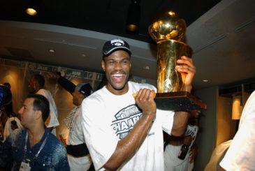 Robinson 2003'de ikinci kez şampiyonluğu kazanırken  Copyright 2003 NBAE  (Photo by Jesse D. Garrabrant/NBAE via Getty Images)