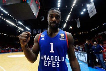 elijah-johnson-celebrates-anadolu-efes-istanbul-eb15-1