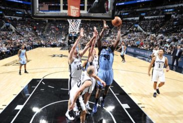 SAN ANTONIO, TX - APRIL 4: Zach Randolph #50 of the Memphis Grizzlies shoots a lay up against the San Antonio Spurs during the game on April 4, 2017 at the AT&T Center in San Antonio, Texas. NOTE TO USER: User expressly acknowledges and agrees that, by downloading and or using this photograph, user is consenting to the terms and conditions of the Getty Images License Agreement. Mandatory Copyright Notice: Copyright 2017 NBAE (Photos by Mark Sobhani/NBAE via Getty Images)